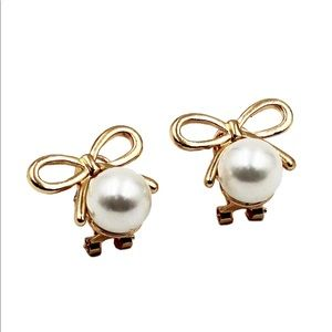 Golden bowkont with pearl earrings